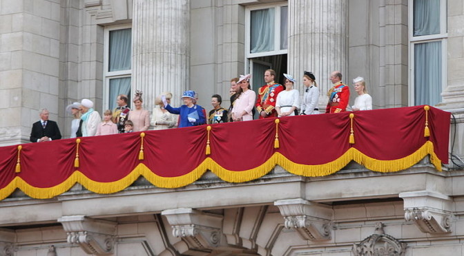 800px-The_British_royal_family_on_the_balcony_of_Buckingham_Palace  own work by Carfax2