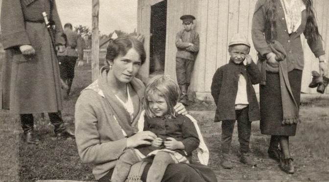 2 PeasantOlga_and_Anastasia_Nikolaevna_with_peasant_children_in_Mogilev (1)